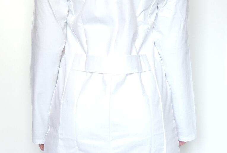 Rückengurt beim Arztkittel